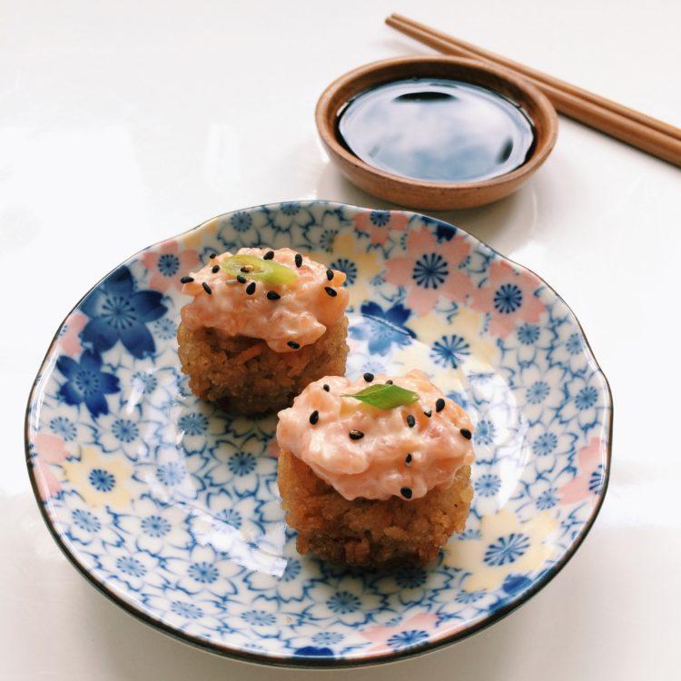 Crispy sushi met zalm