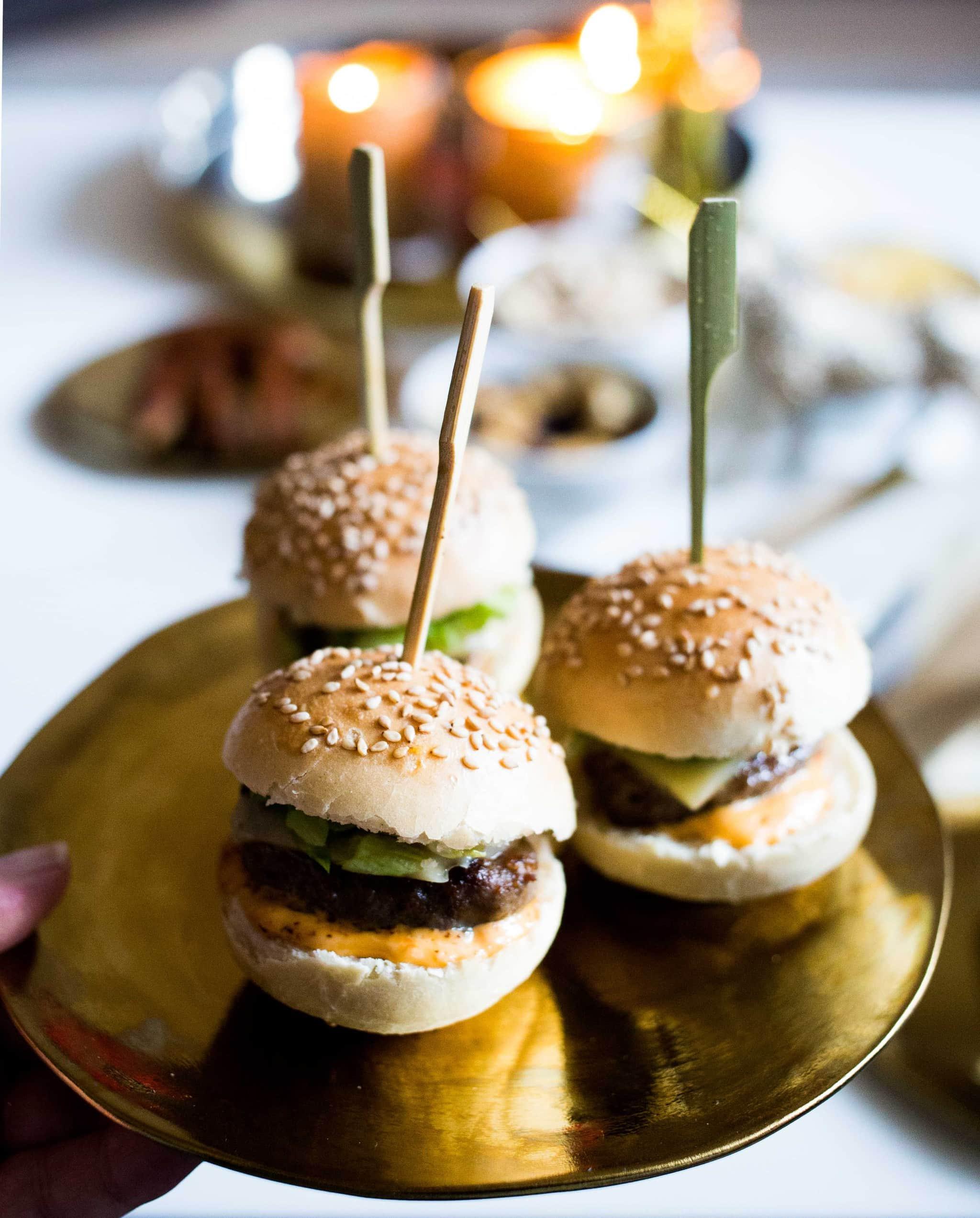 mini hamburgers met ijsbergsla en kaas