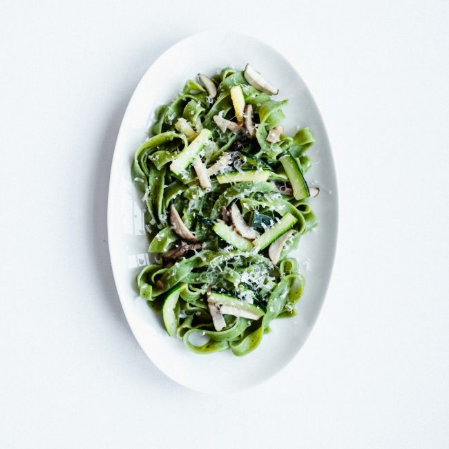 Spinazie tagliatelle met courgette en kastanje champignons