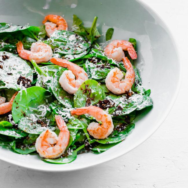 Izakaya spinazie salade met gegrilde garnalen