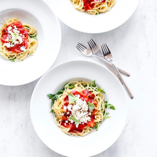 Vega pasta met tomatensaus en feta