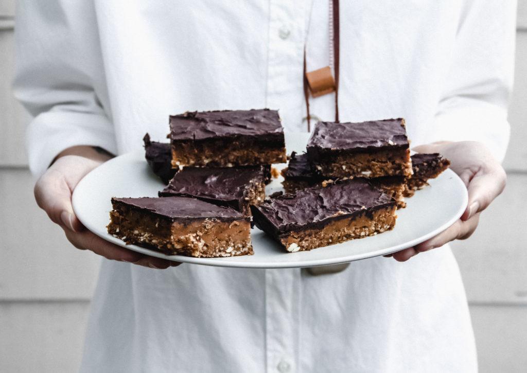 snickers foodbandits 1 1 1024x725 - Snickers met dadels, pinda's en chocolade van Foodbandits