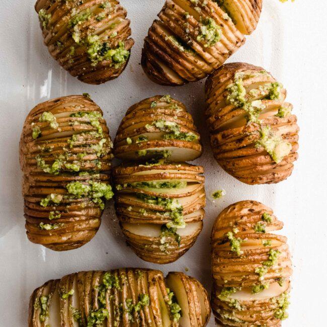 Hasselback aardappelen met groene pesto