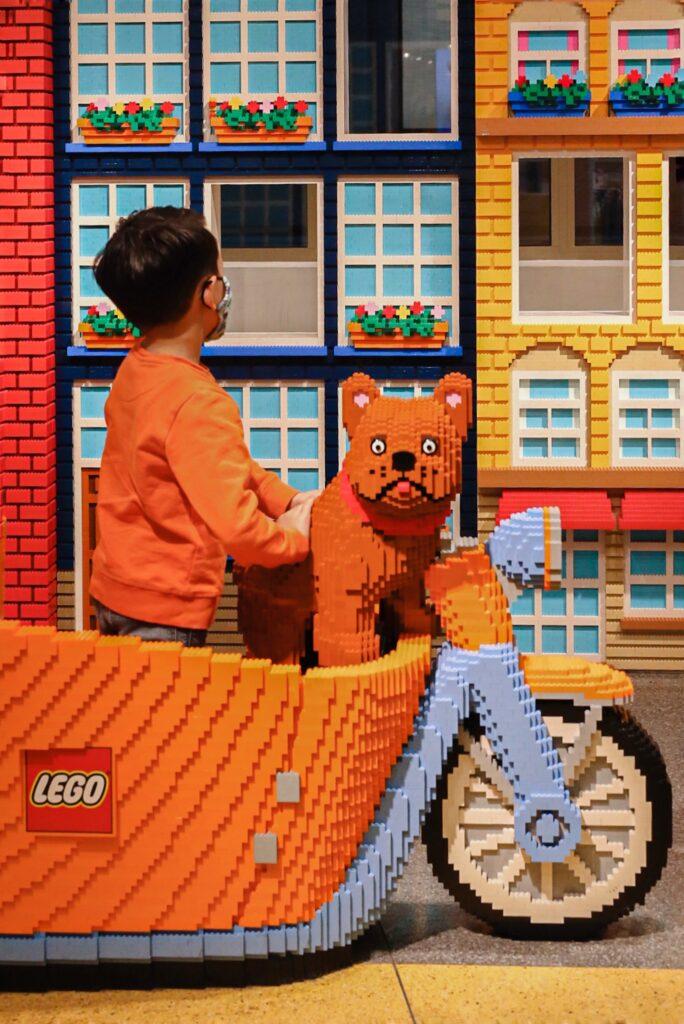 2FF3ED7E 1AF9 4491 B158 BAF566541C74 684x1024 - Lego store Amsterdam, een top uitje met kids