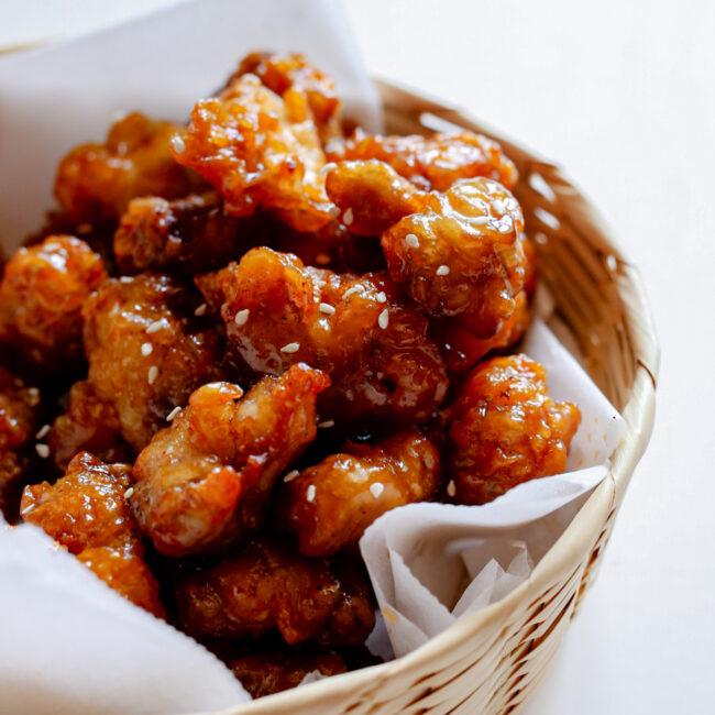 Dubbel gefrituurde kipstukjes met honing en boter