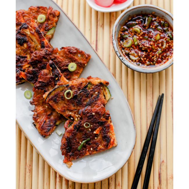 Knapperige kimchi pannenkoek – kimchi jeon of pajeon