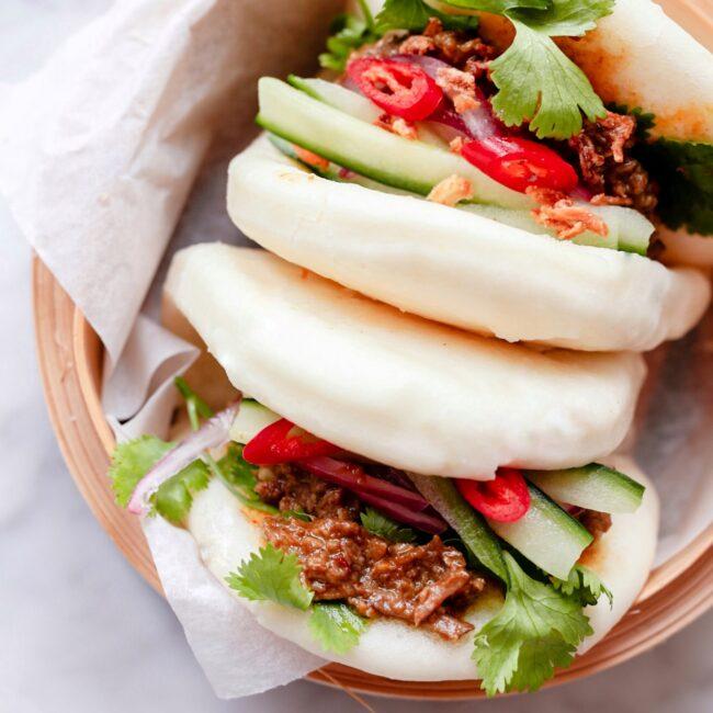 Rendang Bao – gestoomd broodje rendang met zoetzure komkommer