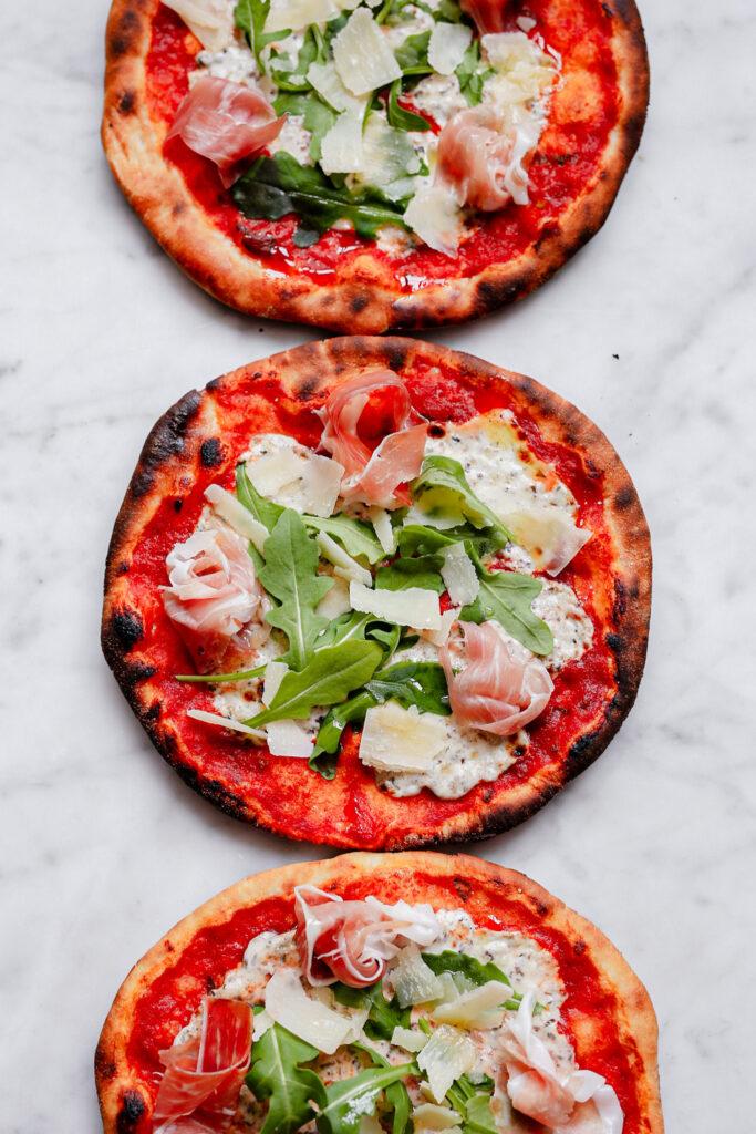D59E19E5 49FE 4C5C 9ECC FCDD8F87FD53 683x1024 - Pizza tartufo: tomaat, truffelmascarpone,  parma ham en rucola