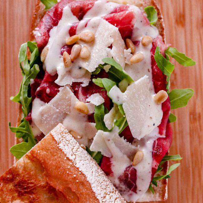 Broodje carpaccio met truffelmayo