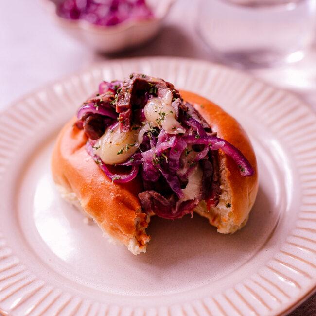 Steak sandwich – broodje biefstuk met gekarameliseerde uien